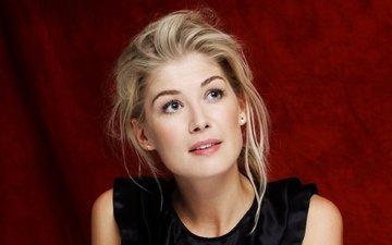 девушка, блондинка, портрет, взгляд, модель, волосы, лицо, актриса, красный фон, розамунд пайк, rosamund pike