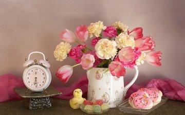 букет, тюльпаны, сладкое, печенье, мармелад, будильник, натюрморт, гвоздики