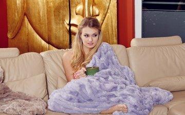 девушка, блондинка, модель, кружка, лицо, плед, диван