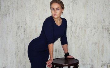 девушка, фон, стул, табуретка, синие глаза, синее платье, лиза