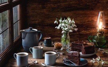 свет, цветы, кофе, лампа, букет, окно, чашки, торт, подснежники, натюрморт