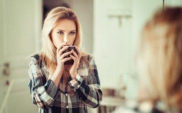 девушка, блондинка, портрет, взгляд, модель, волосы, губы, лицо, чашка, голубые глаза, рубашка, длинные волосы, lods franck, ева микульски