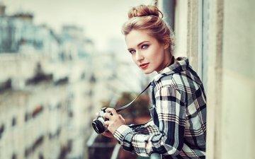 девушка, блондинка, портрет, модель, губы, лицо, камера, голубые глаза, помада, рубашка, ева микульски