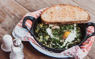 зелень, хлеб, яйца, яичница, соль