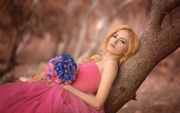 цветы, дерево, девушка, платье, блондинка, букет, ствол
