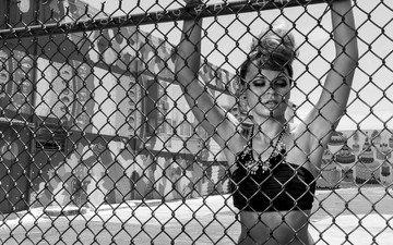 украшения, девушка, взгляд, забор, чёрно-белое, сетка, волосы, ограда