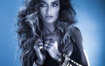 девушка, взгляд, волосы, лицо, кольца, прическа, браслеты, цепочки