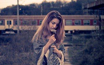 девушка, взгляд, поезд, волосы, букетик, накидка, закрытые глаза