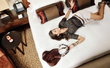 девушка, настроение, улыбка, брюнетка, модель, постель, шорты, сумка