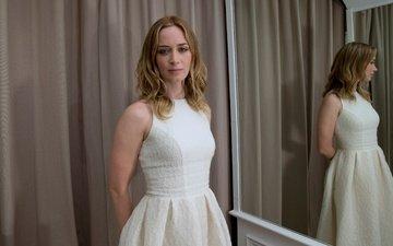 отражение, зеркало, актриса, эмили блант, белое платье, cannes film festival, sicario, наёмница, на фотосессии для фильма