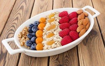 орехи, малина, ягоды, черника, миндаль, изюм, овсяные хлопья