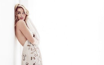 платье, блондинка, стена, белый фон, макияж, стоит, фотосессия, harper's bazaar, марго робби, david slijper