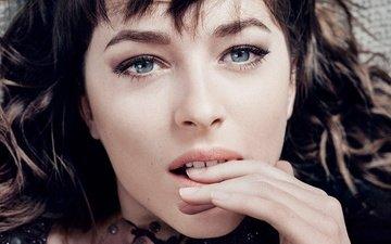 рука, брюнетка, взгляд, модель, губы, лицо, актриса, пальцы, макияж, прическа, фотосессия, крупным планом, дакота джонсон, craig mcdean