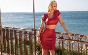 солнце, море, блондинка, юбка, модель, прическа, фигура, секси, красотка, в красном, маечка, yasmin