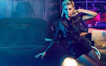 украшения, блондинка, авто, актриса, макияж, прическа, фигура, позирует, гараж, куртка, шорты, блузка, в чёрном, кожанка, никола пельтц