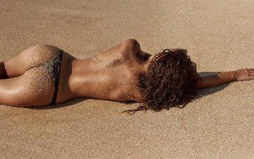 девушка, лежит, модель, в белье, на песке, позирует.