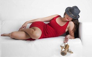 девушка, платье, поза, ножки, кровать, туфли, шляпа, красное