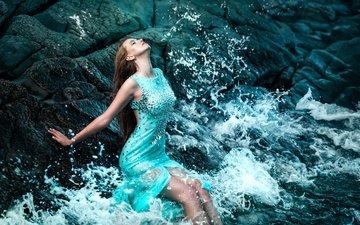 камни, берег, волны, девушка, море, платье, сидит, макияж, фигура, мокрая, красивая, шатенка