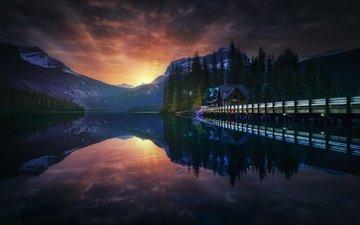 небо, вечер, озеро, горы, мостик, лес, закат, домик