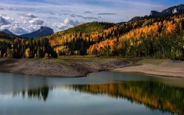облака, вечер, горы, берег, лес, отражения, осень, водоем, гладь