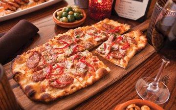 стол, бокал, вино, оливки, перец, пицца, салями