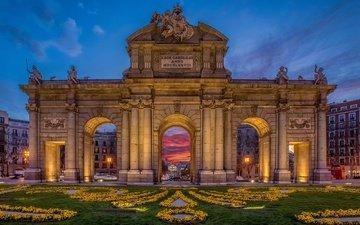 цветы, фонари, огни, вечер, дома, арка, испания, желтые, газон, мадрид, puerta de alcala