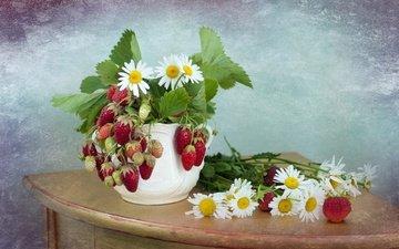 цветы, лето, клубника, ромашки, ягоды, кувшин