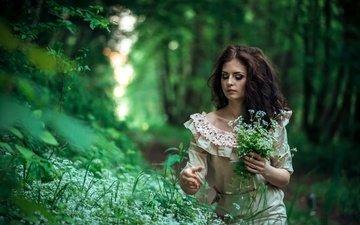 цветы, трава, деревья, зелень, девушка, платье, брюнетка, взгляд, волосы, букет, макияж, в лесу