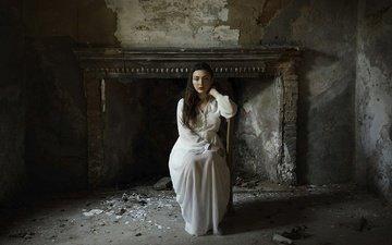 девушка, взгляд, комната, волосы, камин, белое платье