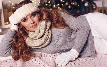 елка, девушка, взгляд, волосы, локоны, свитер, перчатки, шатенка, шарф, шарфик