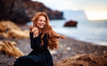 камни, закат, девушка, платье, улыбка, взгляд, побережье, модель, волосы, лицо, веснушки, длинноволосая, oksana butovskaya, оксана бутовская, елена смирнова
