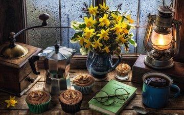 кофе, лампа, окно, нарциссы, сахар, натюрморт, кексы, кофемолка, маффин, крем