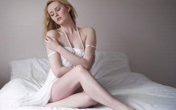 девушка, настроение, поза, блондинка, бусы, постель, закрытые глаза