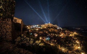 небо, ночь, огни, горы, звезды, дома, франция, лучи света, прожектора, gordes