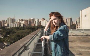 девушка, портрет, взгляд, рыжая, волосы, крыша, джинсовка, karol queiroz