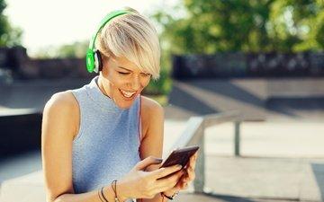 солнце, настроение, блондинка, улыбка, наушники, прическа, майка, смартфон