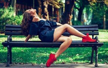 трава, деревья, солнце, девушка, настроение, парк, платье, поза, сидит, ножки, скамейка, макияж, прическа, кроссовки, шатенка, в чёрном