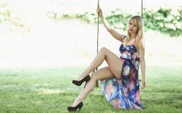 трава, девушка, платье, поза, блондинка, ножки, качели