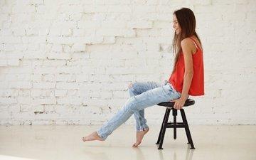 девушка, улыбка, стул, модель, сидит, джинсы, волосы, босиком, настя