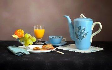 виноград, фрукты, хлеб, чашка, чайник, мандарин, сок