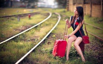 железная дорога, рельсы, шпалы, девушка, взгляд, ножки, фигура, азиатка, чемодан, ожидание, комбинезон