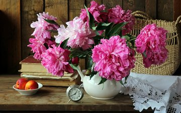 цветы, фрукты, книги, часы, корзина, персики, ваза, салфетка, будильник, столик, натюрморт, пионы