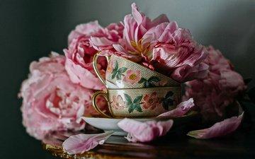 цветы, лепестки, чашки, столик, натюрморт, пионы
