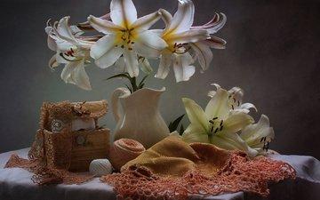 цветы, ткань, салфетка, лилии, кувшин, столик, натюрморт, нитки, шкатулка, рукоделие