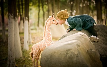 деревья, природа, камни, игрушка, кофта, ребенок, малыш, жираф, поцелуй, шапочка