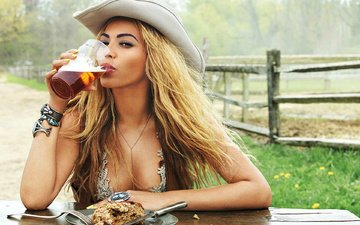девушка, взгляд, волосы, певица, стакан, пиво, шляпа, бейонсе, фотосессия