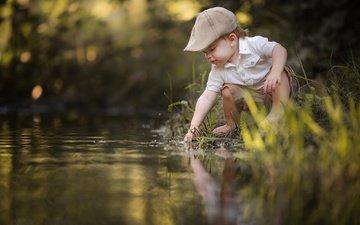 трава, вода, природа, ручей, дети, ребенок, мальчик, малыш, кепка, adrian c. murray