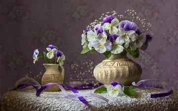 цветы, букет, ленты, анютины глазки, столик, натюрморт, скатерть, вазы, виола, гипсофила