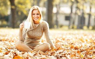 деревья, солнце, листья, поза, блондинка, улыбка, осень, сидит, джинсы, кружка, прическа, свитер, боке, на земле, девушкa