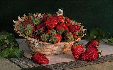 листья, клубника, ягоды, салфетка, корзинка